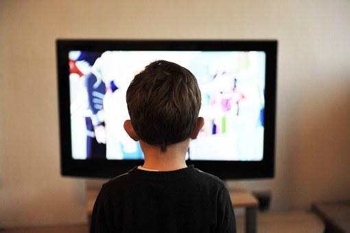 TVを見る少年